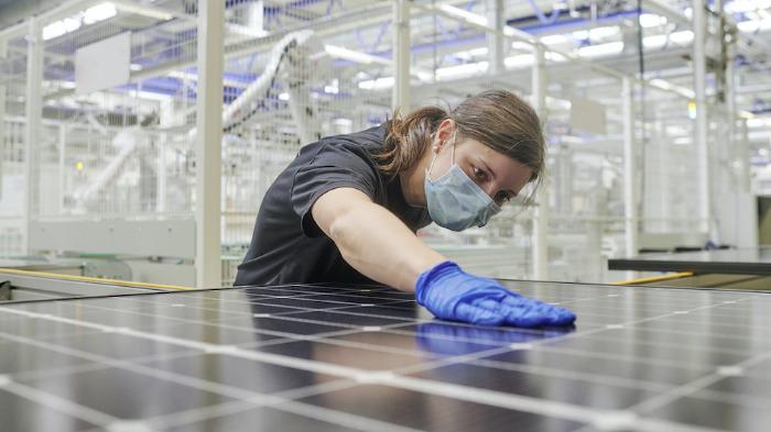 Der letzte Schliff: Die Schweizer Meyer Burger Technology AG eröffnete am 26. Mai 2021 ihre erstes Werk für Solar-Module im sächsischen Freiberg © Meyer Burger Technology AG
