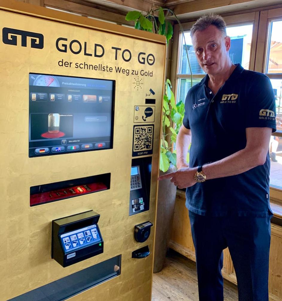 Rudolf Engelsberger, CEO der Schweizer GOLD TO GO AG aus Küssnacht, an einem Goldautomaten, den es bald an mehreren Standorten geben wird © www.facebook.com/GTGAG.CH