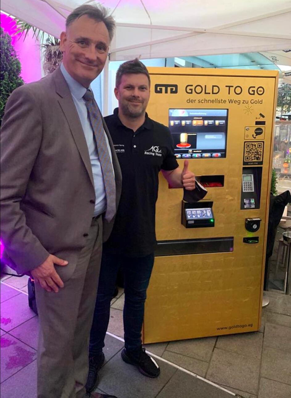 GOLD-TO-GO-CEO Rudolf Engelsberger (links) mit Goldi-Rennpilot Kenneth Heyer am Goldautomaten im Münchner H'ugo's am 30. Juni 2021 © facebook.com/KennethHeyer