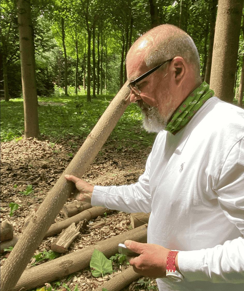 (Wolfgang Goese (65) und sein myTreeme-Projekt in deutschen Wäldern – edles Holz für edle Gitarren, Surfbretter oder Wohnwagen © Facebook Green Wood International AG)