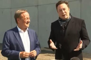 CDU-Bundeskanzlerkandidat und NRW-Ministerpräsident Armin Laschet (60) brachte Elektro-Autobauer Elon Musk (50) beim Presserundgang am 13. August 2021 auf der Tesla-Baustelle Gigafabrik im brandenburgischen Grünheide mit der Frage nach Wasserstoffautos zum Lachen © Tesla Intelligence UK