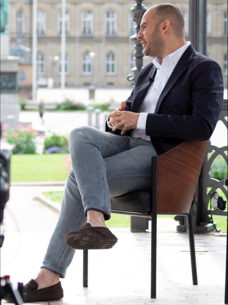 Als Bundestagsabgeordneter hatte der türkisch-deutsche Grünenpolitiker Dr. Danyal Bayaz (37) noch im Wirecard-Untersuchungsausschuss Bundesfinanzminister Olaf Scholz (63, SPD) gegrillt. Ab Mai 2021 verantworte er selbst ein Finanzressort in Baden-Württemberg. Am 10. August 2021 gab er aus Neues Schloss dem Regio TV Stuttgart ein Sommerinterview, das am 1. September 2021 ausgestrahlt werden soll © Twitter.com/ Danyal Bayaz