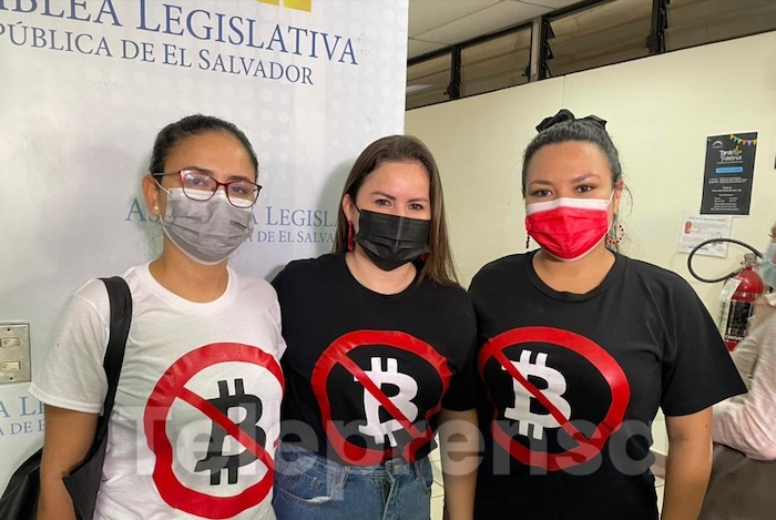 Drei Parlamentarierinnen von El Salvador protestieren mit ihren T-Shirts gegen den Bitcoin als Landeswährung © Twitter/Teleprensa