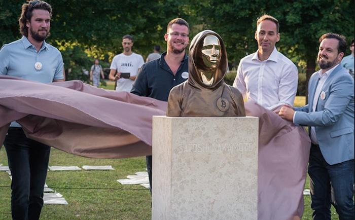 Am 16. September 2021 weihten vier ungarische IT-Unternehmer für den Bitcoin-Erfinder Satoshi Nakamoto im Technologiepark Graphiesoft in Budapest gleich neben Apple-Erfinder Steve Jobs ein Denkmal ein. © Statueofsatoshi.com