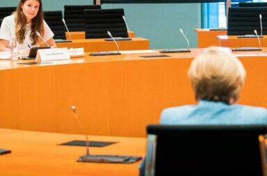 Am 20. August 2020 durfte Luisa Neubauer (25, Die Grünen) persönlich mit Bundeskanzlerin Angela Merkel (67, CDU) im Bundeskanzleramt in Berlin besuchen und befragen. Im Anschluss sagte Neubauer auf der Pressekonferenz im Freien, Frau Merkel habe eine große Verantwortung, sie wolle aber in Zukunft mutiger zu sein © Bundesregierung/Handout via REUTERS/Steffen Kugler