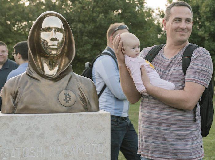 In Ungarn wurde dem Blockchain-Erfinder, von dem man bis heute nur seinen Künstlernamen Satoshi Nakamoto kennt, vor wenigen Tagen ein Denkmal gesetzt © Statueofsatoshi.com