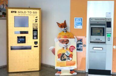 Ein fünfter VR-Bank GOLD TO GO-Automat steht seit vergangener Woche auch in der rein digitalen Filiale der Volksbank Raiffeisenbank Fürstenfeldbruck e.G. in der Schöngeisinger Straße 1-3 in Fürstenfeldbruck. In der Mitte der zur Genossenschafts-Gruppe gehörende Bausparfuchs von Schwäbisch Hall. Rechts der herkömmliche Geldautomat © Facebook.com/GTGAG.CH